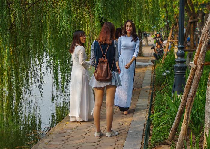 【街撮りスナップ】民族衣装アオザイ以外にもエロくて美人が多いベトナムまんさんの街撮り画像(画像あり)・22枚目
