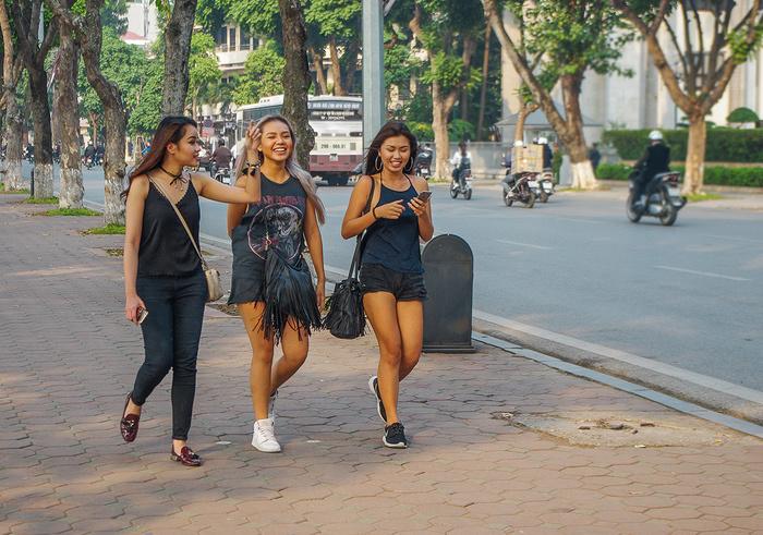 【街撮りスナップ】民族衣装アオザイ以外にもエロくて美人が多いベトナムまんさんの街撮り画像(画像あり)・23枚目