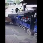 【お約束】トラック荷台で釣り上げた鉄骨の下で作業する中国人、命知らず過ぎだろ・・・・(動画)