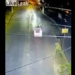 【生死不明】画面下から高速で突っ込んできた車、事故ってバック・トゥ・ザ・フューチャーみたいになる・・・・・(動画)