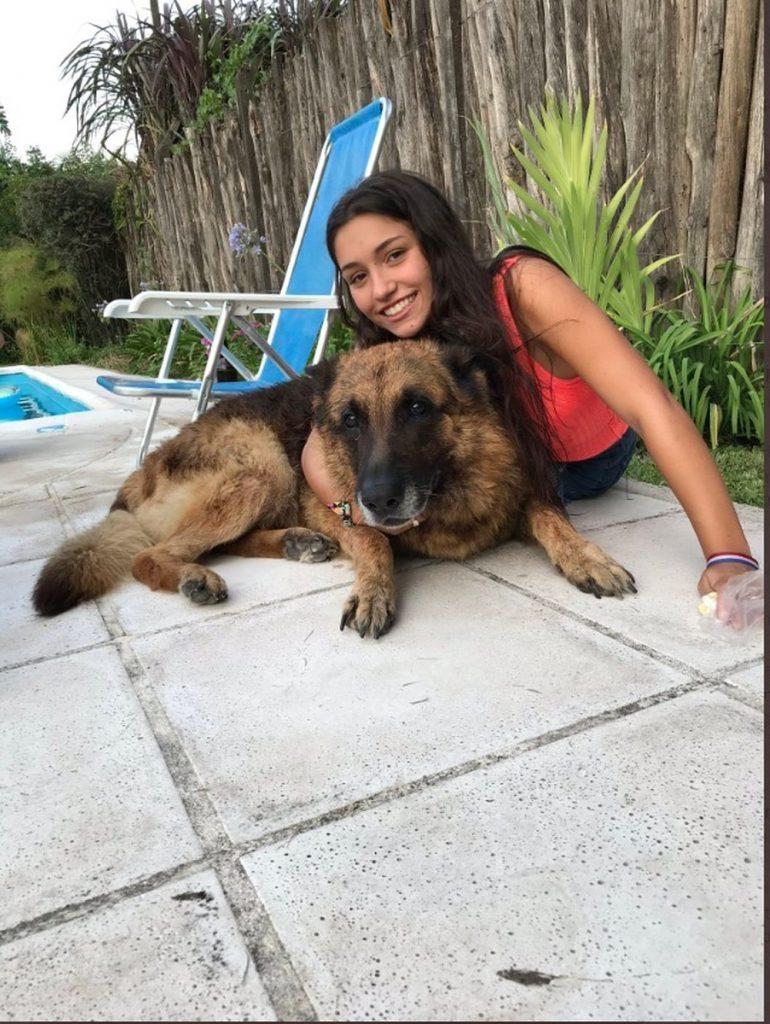 【怖すぎ】愛犬と写真撮影してたアルゼンチン美女さん、突如噛まれて顔面がえらい事になる!!(画像)・1枚目