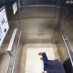 【超過酷】大晦日連続勤務終わりの中国人ドクター、エレベーター内で力尽きる・・・・・(動画)