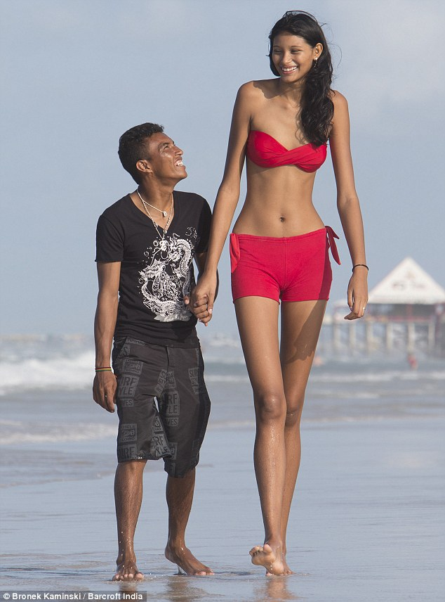 【祝福】ブラジルに住む身長2m5cmの美女、身長差40cmの旦那と幸せそうな結婚!!(画像)・1枚目