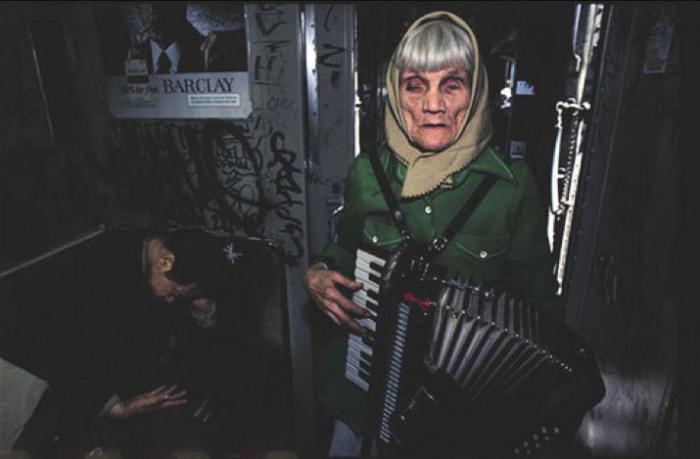 【危険地帯】1970年代NYの地下鉄で撮影されたフォトグラフィー、治安ヤバ過ぎだろ・・・・(画像)・2枚目