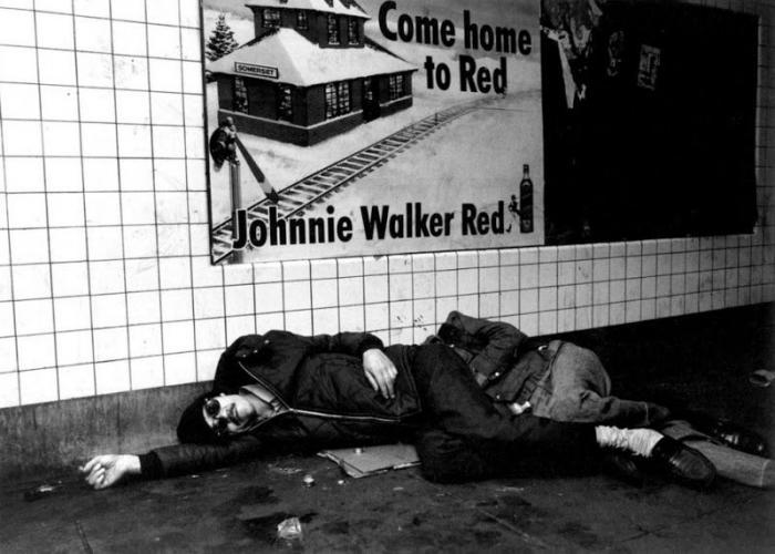 【危険地帯】1970年代NYの地下鉄で撮影されたフォトグラフィー、治安ヤバ過ぎだろ・・・・(画像)・3枚目