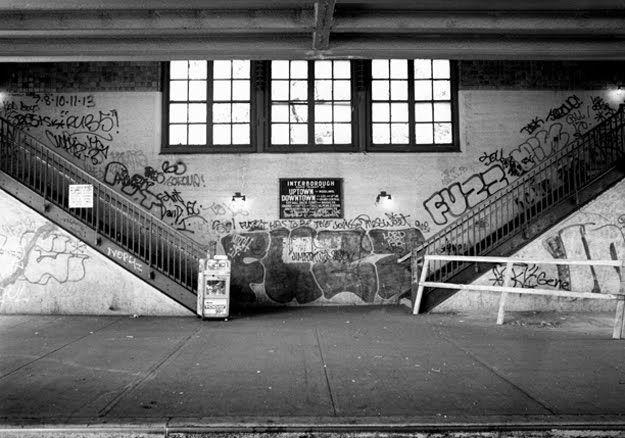【危険地帯】1970年代NYの地下鉄で撮影されたフォトグラフィー、治安ヤバ過ぎだろ・・・・(画像)・4枚目