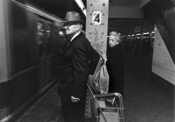 【危険地帯】1970年代NYの地下鉄で撮影されたフォトグラフィー、治安ヤバ過ぎだろ・・・・(画像)・5枚目