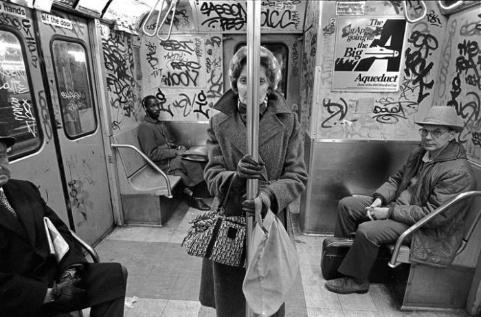 【危険地帯】1970年代NYの地下鉄で撮影されたフォトグラフィー、治安ヤバ過ぎだろ・・・・(画像)・10枚目