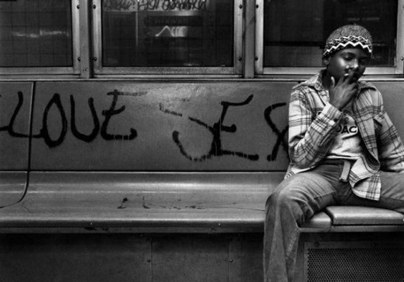 【危険地帯】1970年代NYの地下鉄で撮影されたフォトグラフィー、治安ヤバ過ぎだろ・・・・(画像)・15枚目