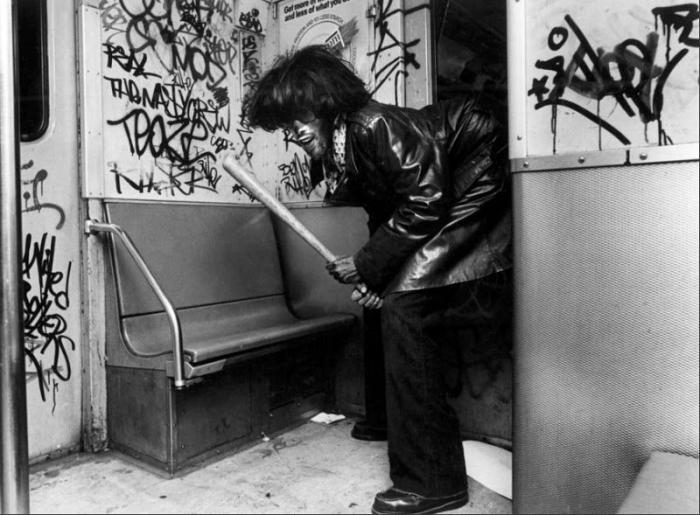 【危険地帯】1970年代NYの地下鉄で撮影されたフォトグラフィー、治安ヤバ過ぎだろ・・・・(画像)・24枚目