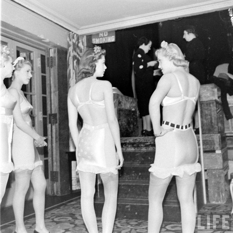 【デブ率高し】1940年、戦争真っ只中に開催された下着ファッションショーが結構エロい!!(画像あり)・1枚目