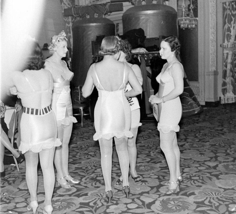 【デブ率高し】1940年、戦争真っ只中に開催された下着ファッションショーが結構エロい!!(画像あり)・2枚目
