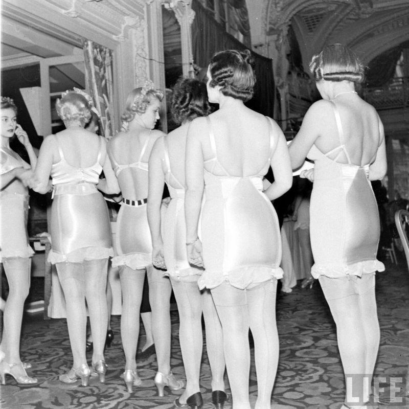 【デブ率高し】1940年、戦争真っ只中に開催された下着ファッションショーが結構エロい!!(画像あり)・3枚目