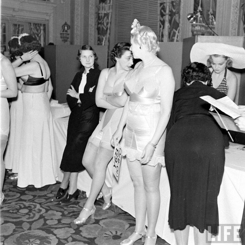 【デブ率高し】1940年、戦争真っ只中に開催された下着ファッションショーが結構エロい!!(画像あり)・6枚目