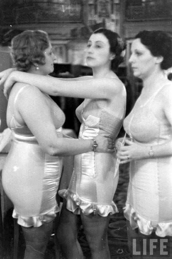 【デブ率高し】1940年、戦争真っ只中に開催された下着ファッションショーが結構エロい!!(画像あり)・8枚目
