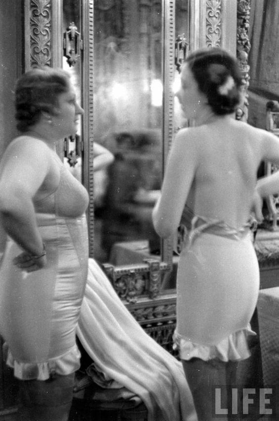 【デブ率高し】1940年、戦争真っ只中に開催された下着ファッションショーが結構エロい!!(画像あり)・9枚目