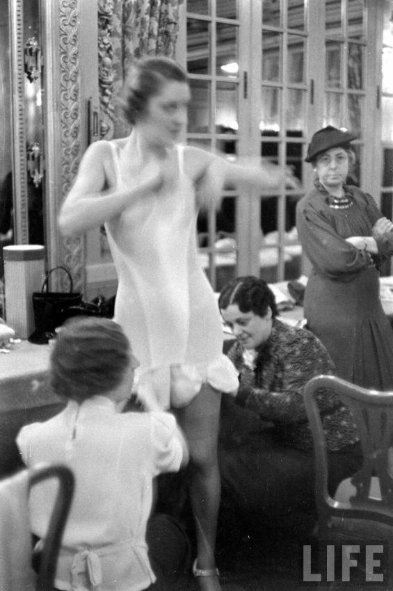 【デブ率高し】1940年、戦争真っ只中に開催された下着ファッションショーが結構エロい!!(画像あり)・10枚目