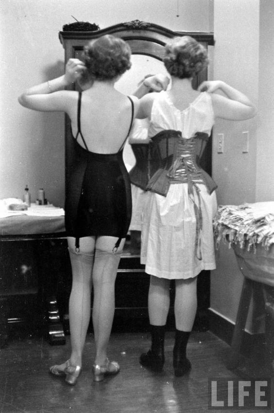 【デブ率高し】1940年、戦争真っ只中に開催された下着ファッションショーが結構エロい!!(画像あり)・12枚目