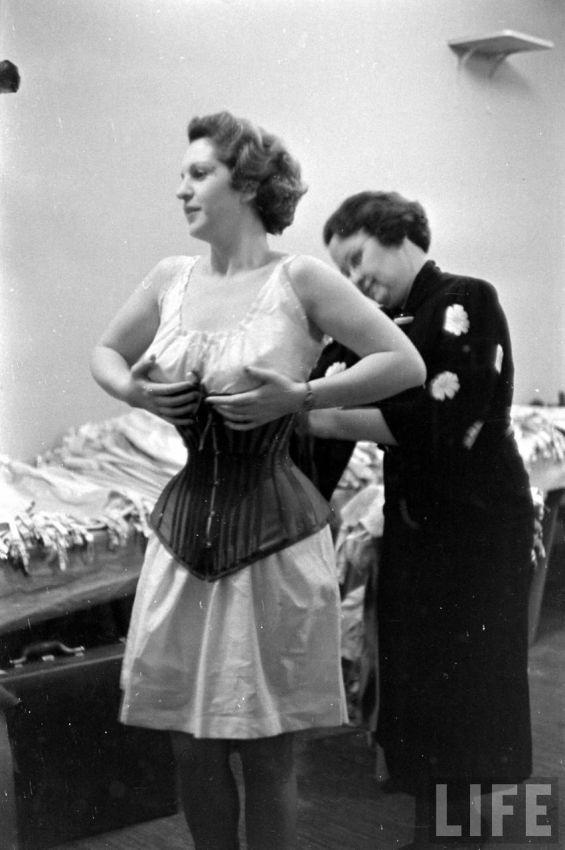 【デブ率高し】1940年、戦争真っ只中に開催された下着ファッションショーが結構エロい!!(画像あり)・13枚目