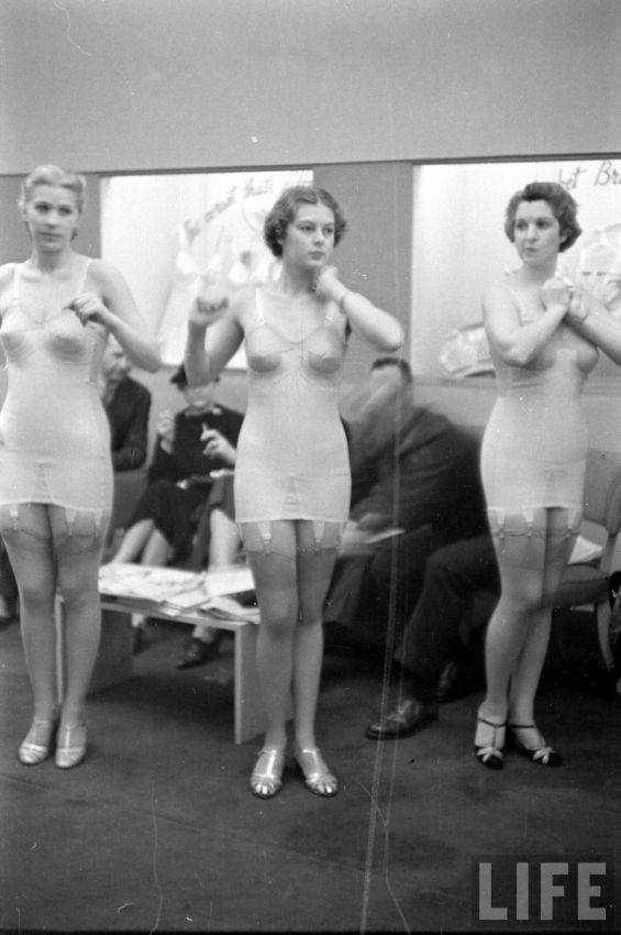【デブ率高し】1940年、戦争真っ只中に開催された下着ファッションショーが結構エロい!!(画像あり)・14枚目