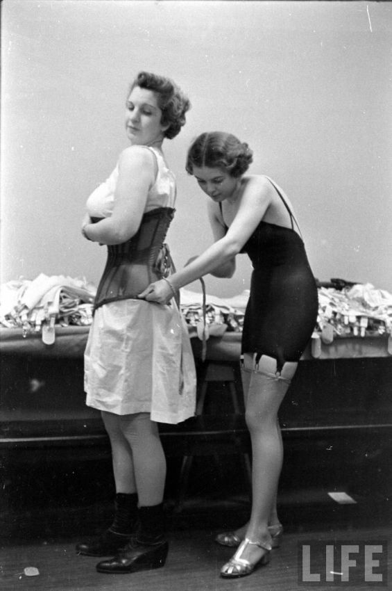 【デブ率高し】1940年、戦争真っ只中に開催された下着ファッションショーが結構エロい!!(画像あり)・15枚目