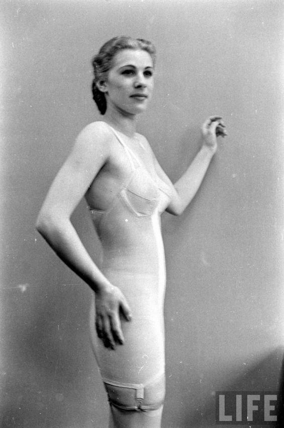 【デブ率高し】1940年、戦争真っ只中に開催された下着ファッションショーが結構エロい!!(画像あり)・17枚目