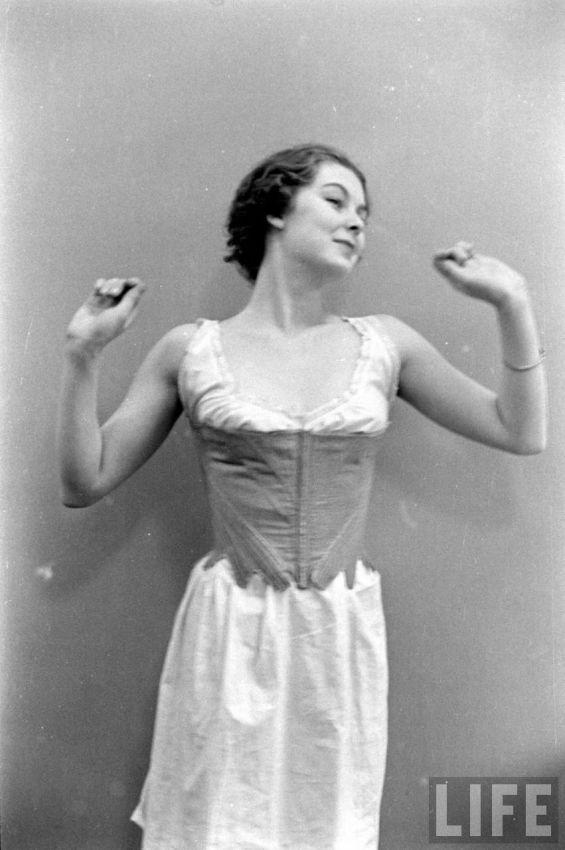 【デブ率高し】1940年、戦争真っ只中に開催された下着ファッションショーが結構エロい!!(画像あり)・18枚目