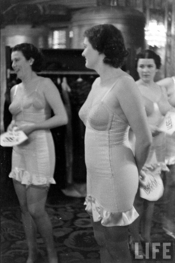 【デブ率高し】1940年、戦争真っ只中に開催された下着ファッションショーが結構エロい!!(画像あり)・19枚目