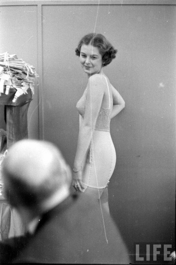【デブ率高し】1940年、戦争真っ只中に開催された下着ファッションショーが結構エロい!!(画像あり)・20枚目