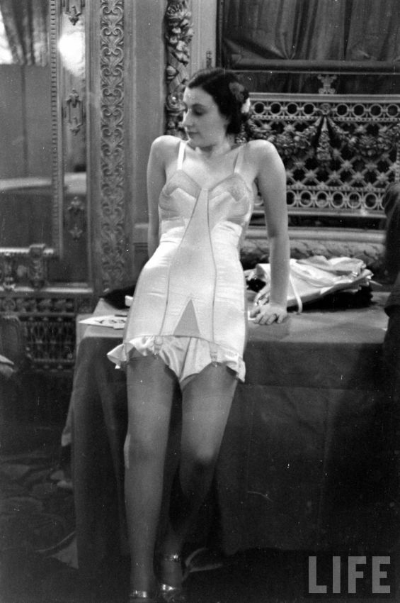 【デブ率高し】1940年、戦争真っ只中に開催された下着ファッションショーが結構エロい!!(画像あり)・21枚目
