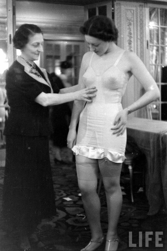 【デブ率高し】1940年、戦争真っ只中に開催された下着ファッションショーが結構エロい!!(画像あり)・22枚目