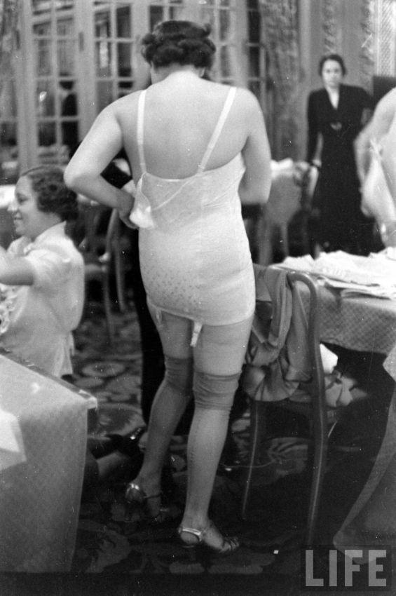 【デブ率高し】1940年、戦争真っ只中に開催された下着ファッションショーが結構エロい!!(画像あり)・23枚目