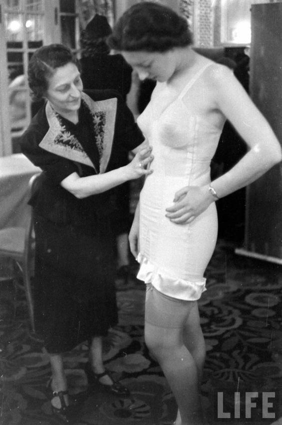 【デブ率高し】1940年、戦争真っ只中に開催された下着ファッションショーが結構エロい!!(画像あり)・25枚目