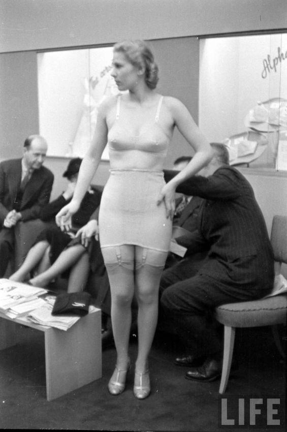 【デブ率高し】1940年、戦争真っ只中に開催された下着ファッションショーが結構エロい!!(画像あり)・26枚目