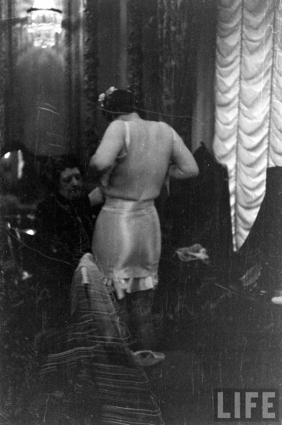 【デブ率高し】1940年、戦争真っ只中に開催された下着ファッションショーが結構エロい!!(画像あり)・27枚目