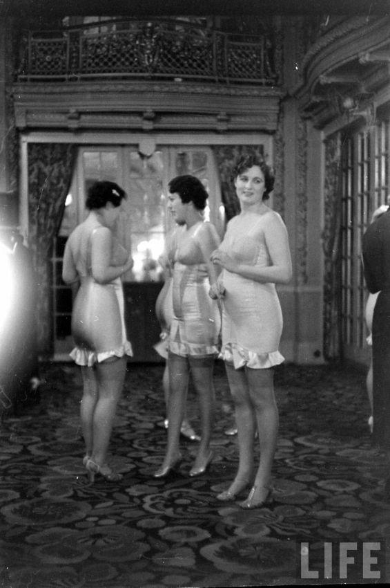 【デブ率高し】1940年、戦争真っ只中に開催された下着ファッションショーが結構エロい!!(画像あり)・28枚目