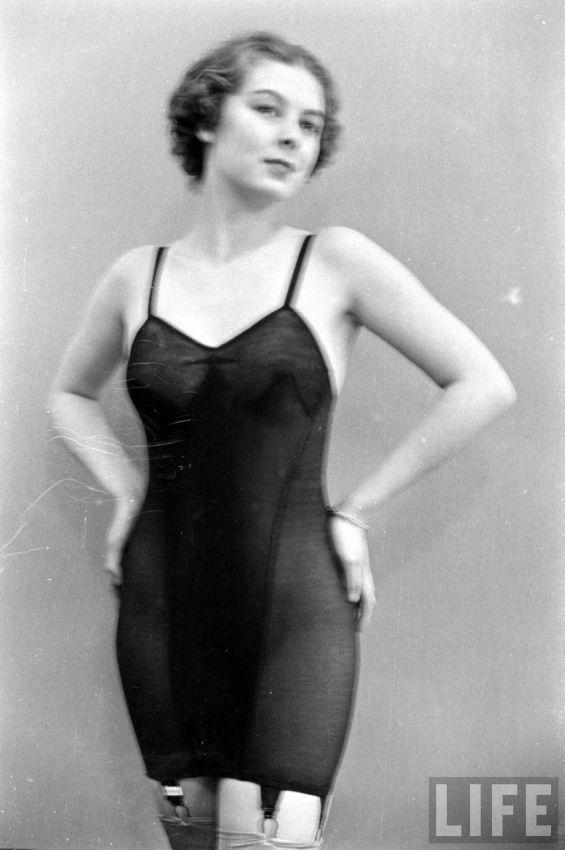 【デブ率高し】1940年、戦争真っ只中に開催された下着ファッションショーが結構エロい!!(画像あり)・29枚目