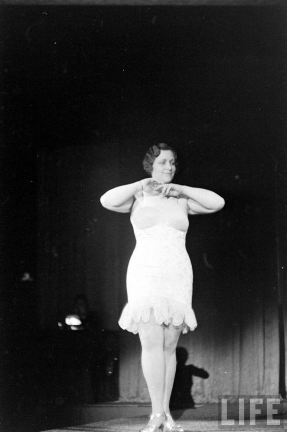 【デブ率高し】1940年、戦争真っ只中に開催された下着ファッションショーが結構エロい!!(画像あり)・30枚目