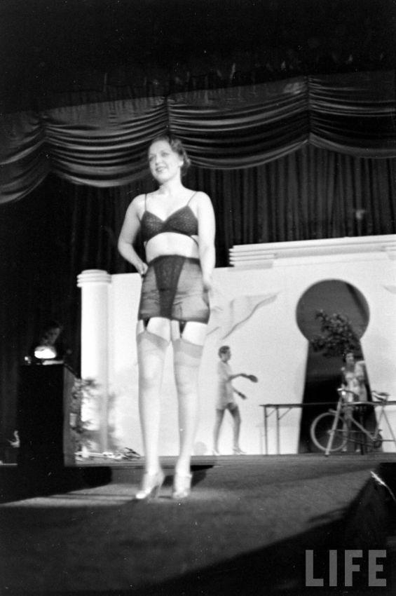 【デブ率高し】1940年、戦争真っ只中に開催された下着ファッションショーが結構エロい!!(画像あり)・31枚目