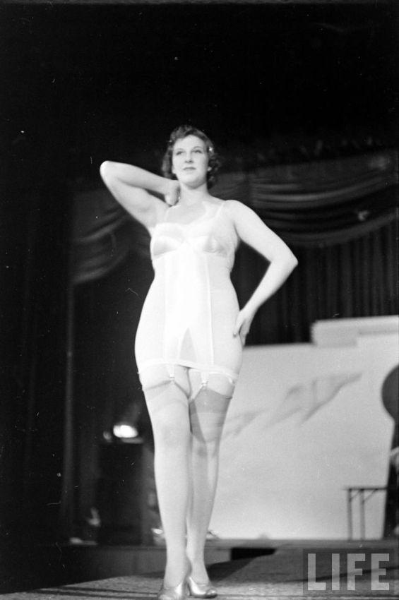 【デブ率高し】1940年、戦争真っ只中に開催された下着ファッションショーが結構エロい!!(画像あり)・32枚目