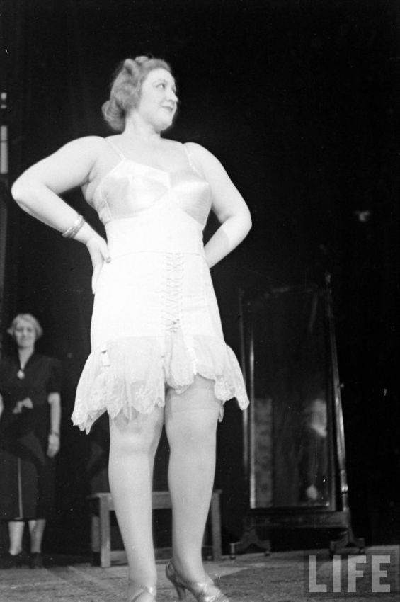 【デブ率高し】1940年、戦争真っ只中に開催された下着ファッションショーが結構エロい!!(画像あり)・33枚目