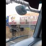 【奇跡】海外のトラック運ちゃん、崖から転落してとんでもない引っかかり方する!!(動画)