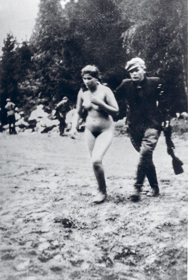 【悲惨】戦時中ナチス兵士に全裸のまま連行され処刑されるリトアニア人女性・・・・(画像あり)・1枚目