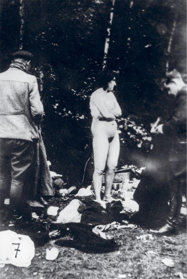 【悲惨】戦時中ナチス兵士に全裸のまま連行され処刑されるリトアニア人女性・・・・(画像あり)・2枚目