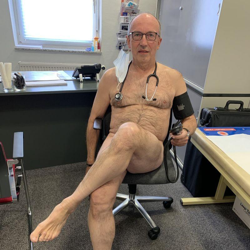 【ヌード女医】コロナでのマスク不足をアピールするために裸になるドイツの医師、馬鹿かな・・・?(画像)・1枚目