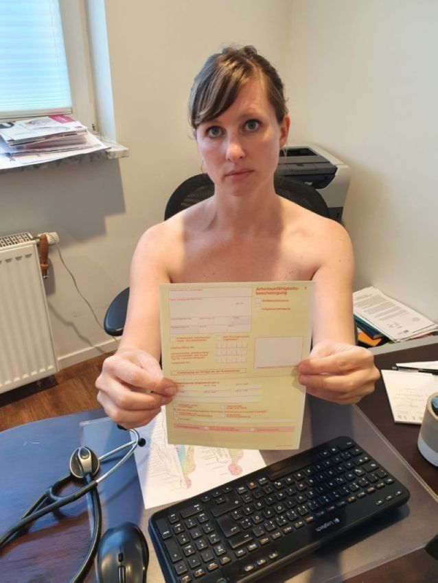 【ヌード女医】コロナでのマスク不足をアピールするために裸になるドイツの医師、馬鹿かな・・・?(画像)・2枚目