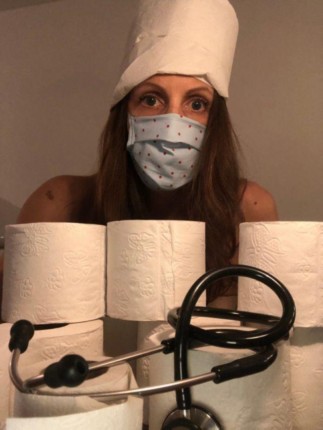 【ヌード女医】コロナでのマスク不足をアピールするために裸になるドイツの医師、馬鹿かな・・・?(画像)・3枚目