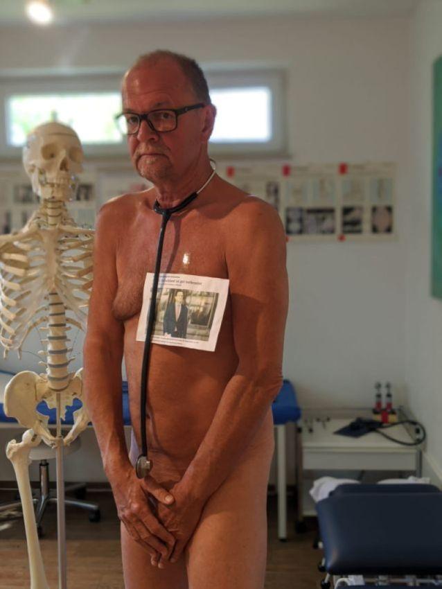 【ヌード女医】コロナでのマスク不足をアピールするために裸になるドイツの医師、馬鹿かな・・・?(画像)・6枚目
