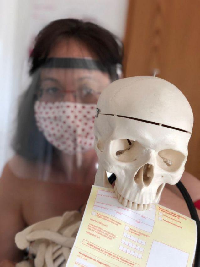 【ヌード女医】コロナでのマスク不足をアピールするために裸になるドイツの医師、馬鹿かな・・・?(画像)・7枚目