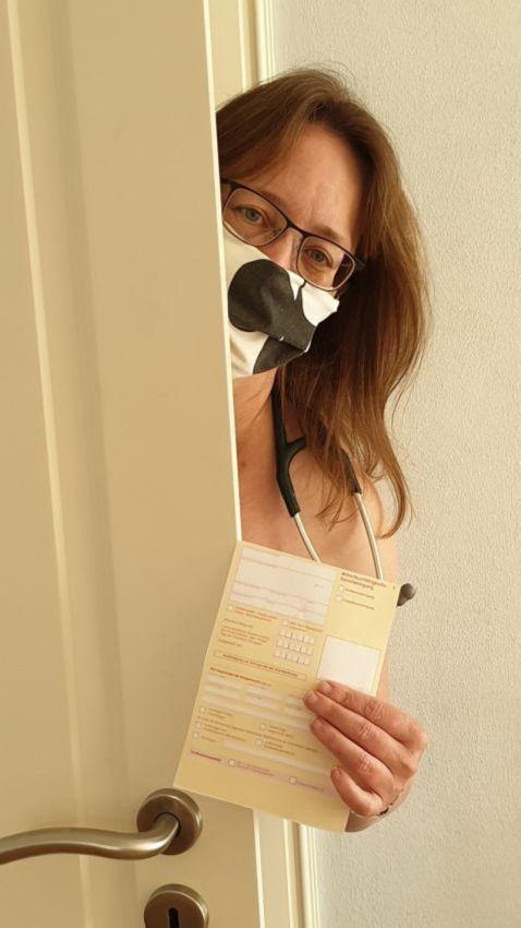 【ヌード女医】コロナでのマスク不足をアピールするために裸になるドイツの医師、馬鹿かな・・・?(画像)・8枚目
